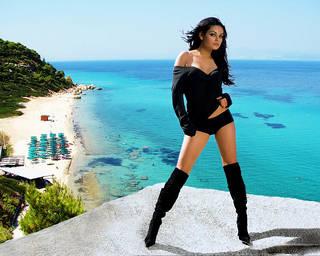Rispettabile ragazza affascinante in lingerie nera.