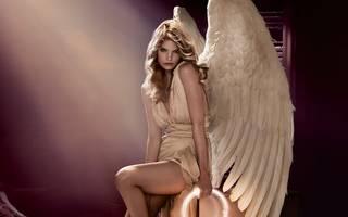 Splendida foto della ragazza con le ali di angelo